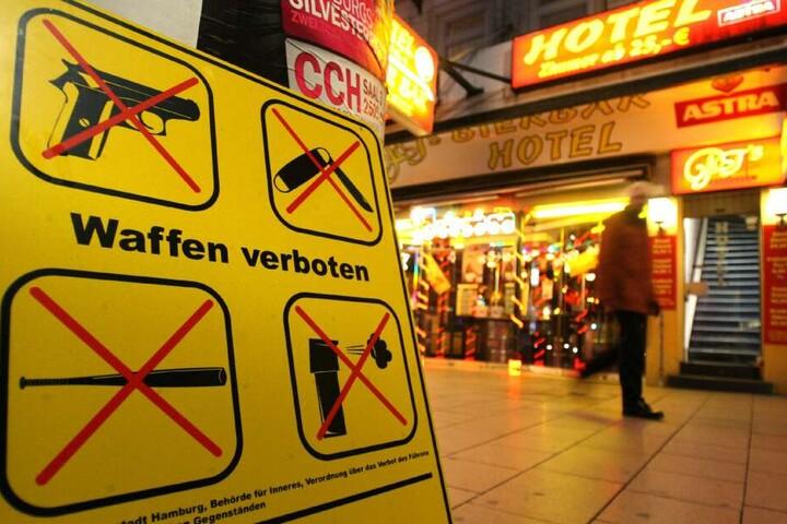 Auf dem gesamten Kiez auf St. Pauli herrscht ein strenges Waffenverbot. Trotzdem kommt es immer wieder zu Zwischenfällen mit verbotenen Gegenständen.