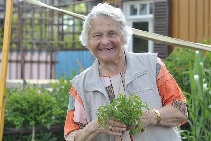 Erika Karl (84) hat sich im Hochbeet des Begegungsgartens ganz bequem ein Sträußchen gepflückt.