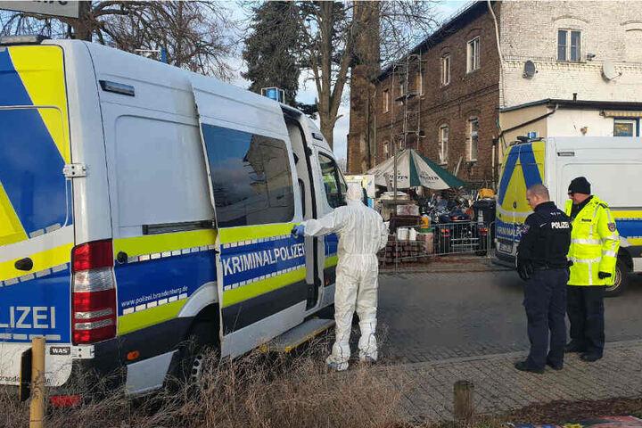 Fahrzeuge der Kriminalpolizei stehen vor dem Haus in Blankenfelde-Mahlow.