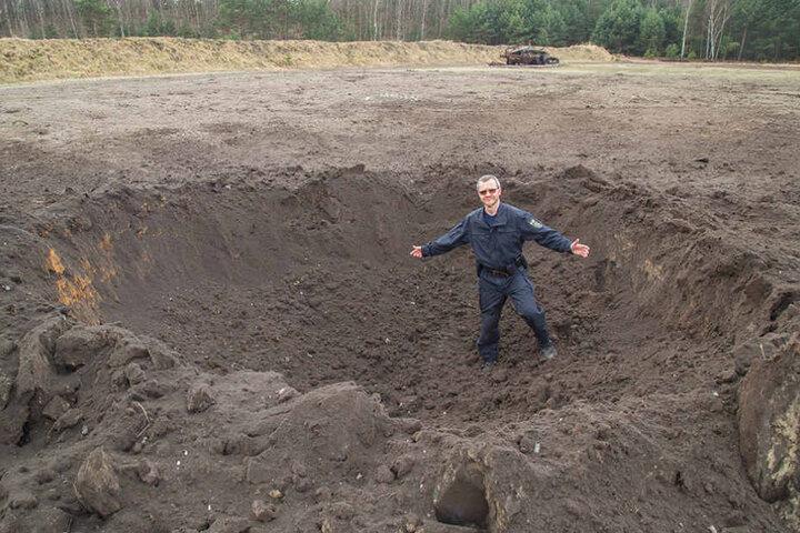 Der 1,73 Meter große Axel Brehm macht im 2 Meter tiefen Kraterloch eine recht verlorene Figur.