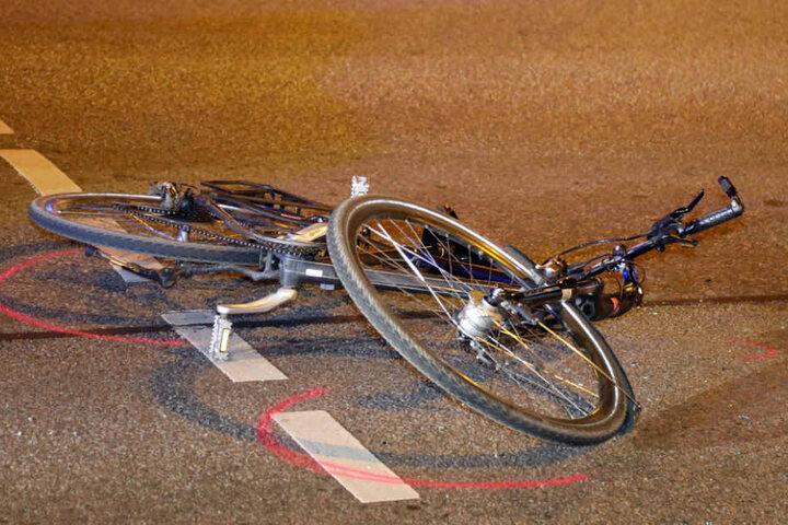 Zwei Radfahrer wurden bei dem Unfall leicht verletzt, einer durch den ins Schleudern gekommenen Ford.