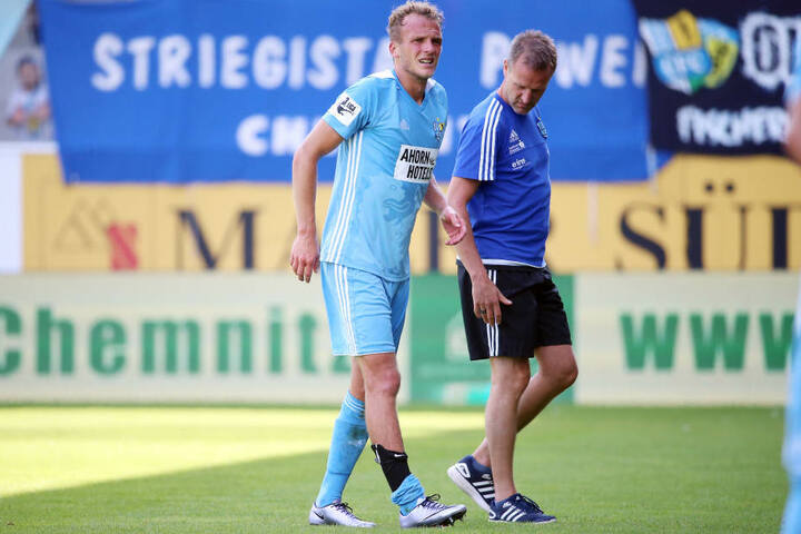 Julius Reinhardt (Chemnitz) geht verletzt vom Platz vor Mannschaftsarzt Dr. med. Dirk Harlos (Chemnitz). ,
