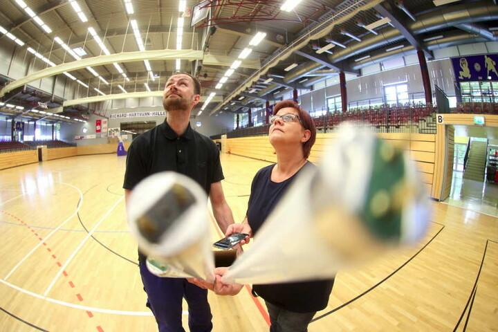 Daniel Wobst und Heike Hinke (54) tasuchen die alten Neonröhren gegen LED-Lampen aus.
