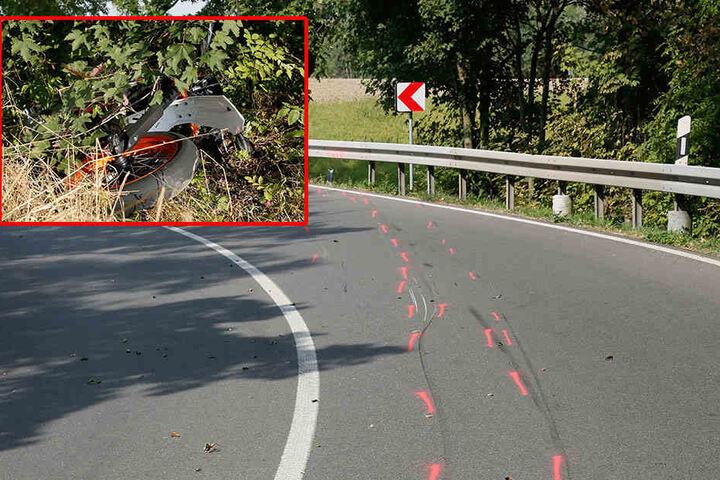 Der Biker kam in einer Kurve von der Fahrbahn ab und rutschte unter der Leitplanke ins Gebüsch.
