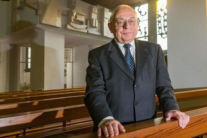 Helmut Nitsche (78) im Kirchenschiff. Hinter ihm: Ein Teil des neuen Emporen-Frieses.