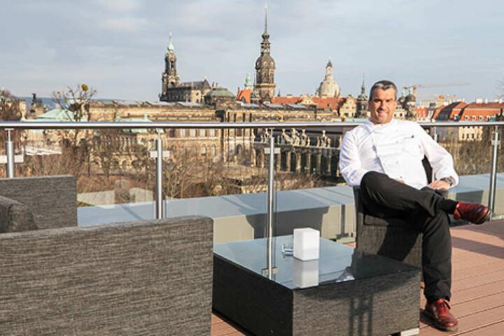 Kurze Erholung im Eröffnungsstress: Gerd Kastenmeier (47) verschnauft auf  seiner Terrasse, genießt den traumhaften Blick auf die Altstadt.