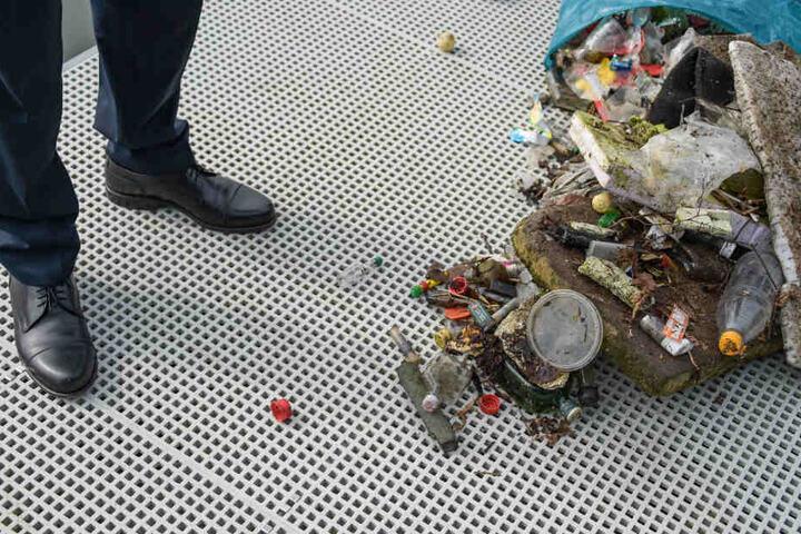 Plastikmüll, der zuvor aus der Schlei gesammelt wurde, liegt im Stadthafen von Schleswig.