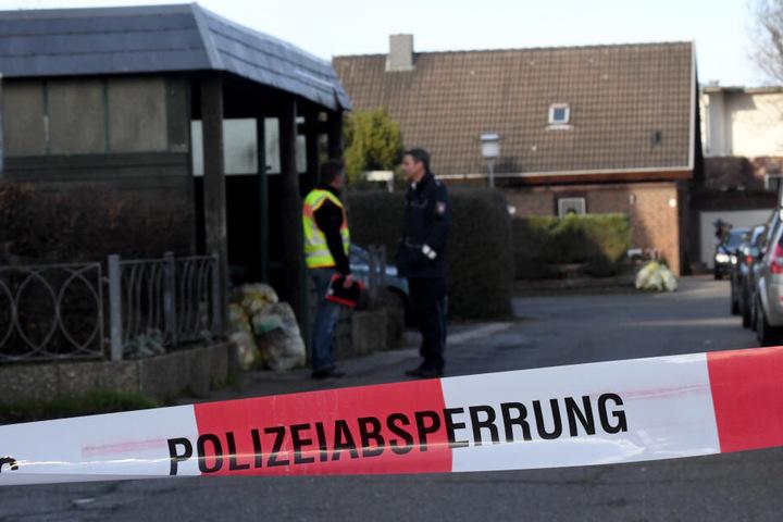Ermittler stehen in Schönberg an der Stelle, an der die Frau tödlich getroffen wurde.