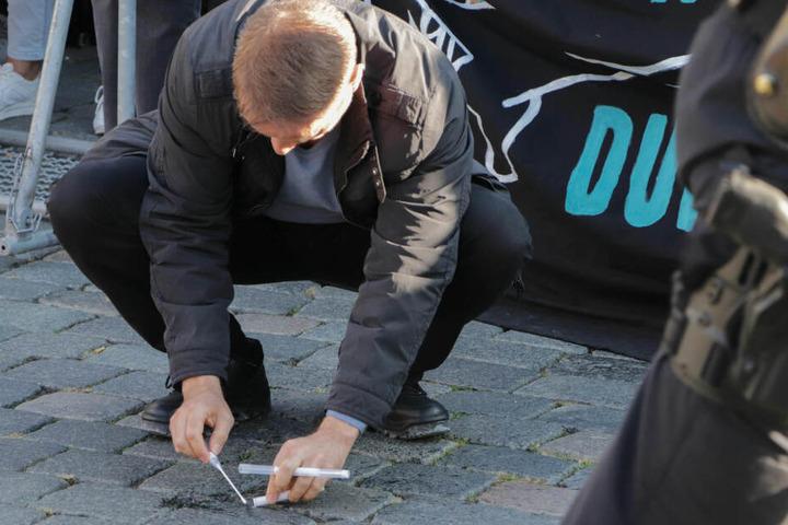 Ein Polizist sichert Spuren.