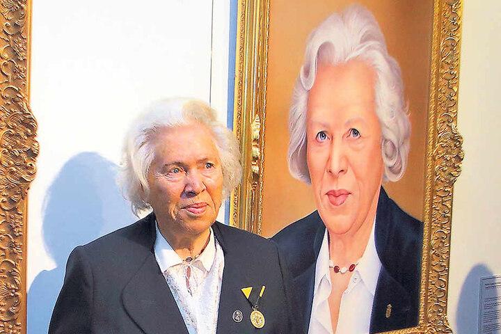 Prinzessin Elmira von Sachsen (86) vor ihrem Porträt - sie trägt sogar dieselbe Kette.