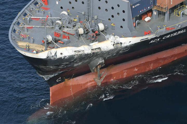 Auch das Containerschiff wurde stark beschäftigt. Sieben Männer werden nach dem Unglück noch vermisst.