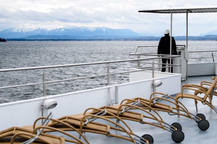 Kapitän Franz Eisele steuert das Fahrgastschiff MS Seeshaupt während der ersten Fahrt der Saison über den Starnberger See.