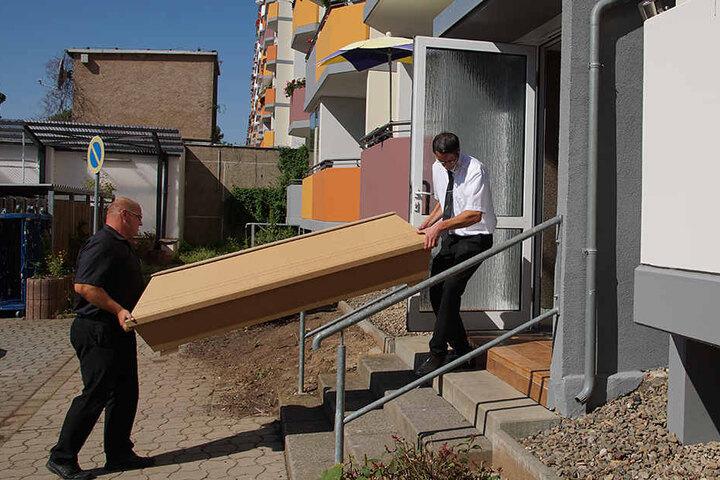 Bestatter bringen die Leiche der 22-jährigen Studentin aus dem Mehrfamilienhaus in Nordhausen.