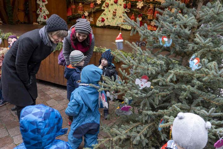 """OB Barbara Ludwig (links) und Erzieherin Petra Müller schmücken mit den Kindern des Kindergartens """"Rüsselchen"""" einen Weihnachtsbaum."""