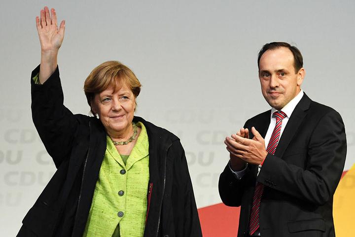 Bundeskanzlerin Angela Merkel (CDU) auf dem Marktplatz in Finsterwalde (Brandenburg) während einer Wahlkampfveranstaltung der CDU, rechts steht der brandenburgische CDU-Vorsitzende Ingo Senftleben.