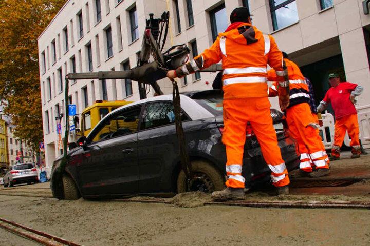 Das Auto musste aus dem frischen Beton herausgezogen werden.