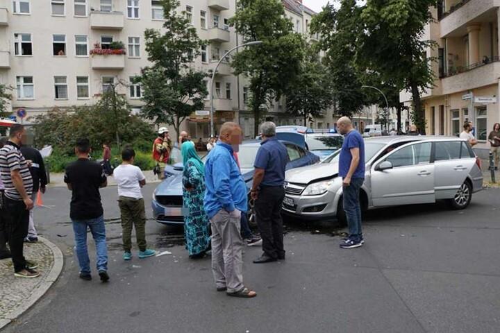 Die beiden Autos stießen auf der Kreuzung zusammen.