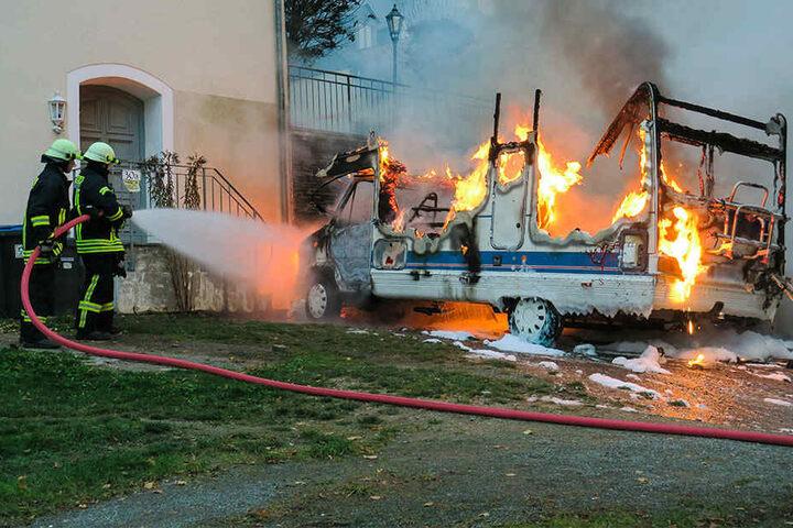 Die Feuerwehr konnte trotz des schnellen Einsatzes das Wohnmobil nicht mehr retten.