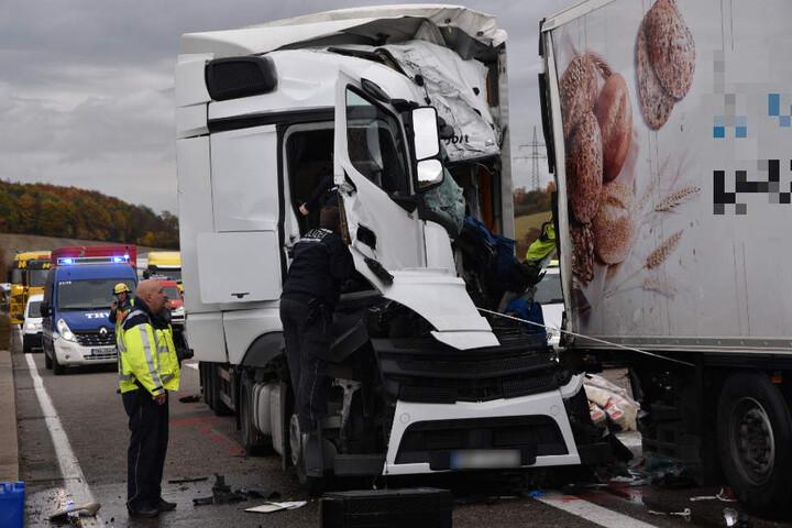Das völlig zerstörte Führerhaus des polnischen Unfall-Lkws.