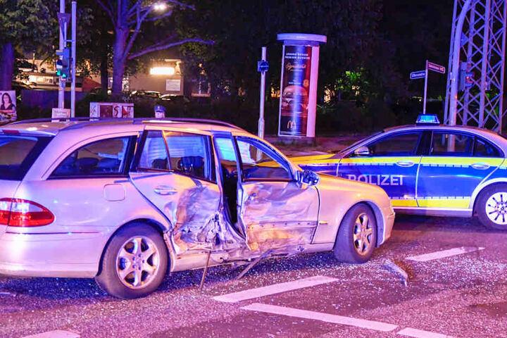 Der Mercedes wurde auf der Beifahrerseite gerammt.