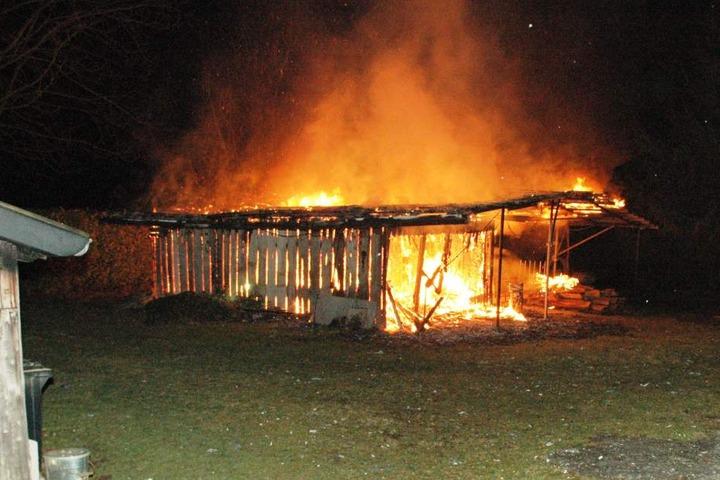 Die Holzhütte hatte man als Werkstatt und Lager benutzt.