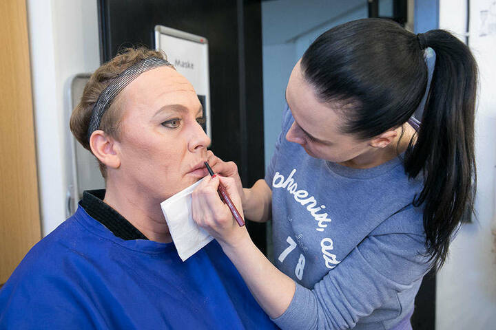 Michael Kuhn (38) verwandelt sich unter den geschickten Händen von  Maskenbildnerin Stephanie Zimmermann in Ottilie.