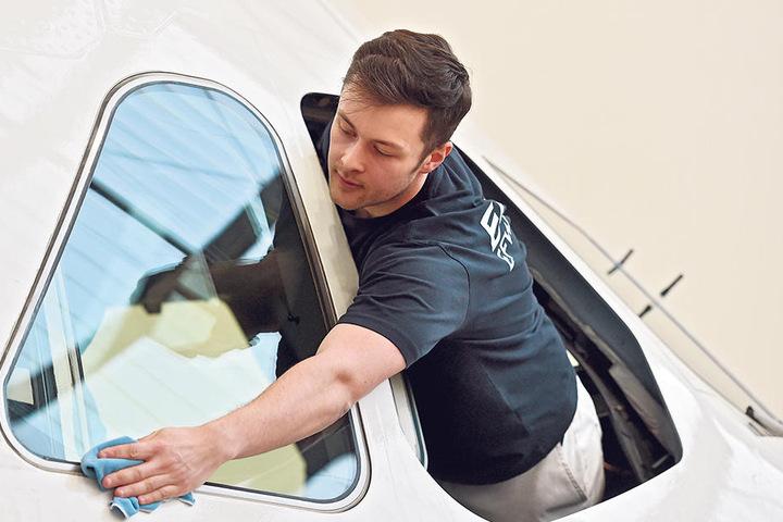 Vorm Abflug reinigten die EFW-Mitarbeiter die Maschine, Fluggerätemechaniker Erik Heinz (24) die Fenster am Cockpit.
