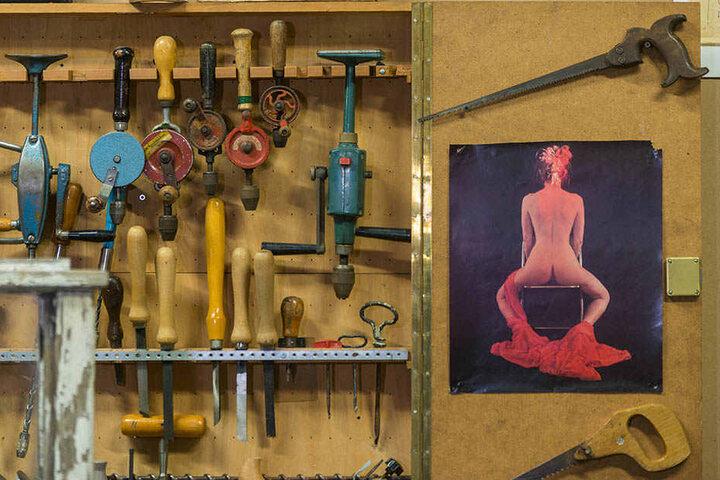 """Auszeit für die Werktätigen: Neben historisch anmutenden Werkzeugen hängt eine """"Naksche""""."""