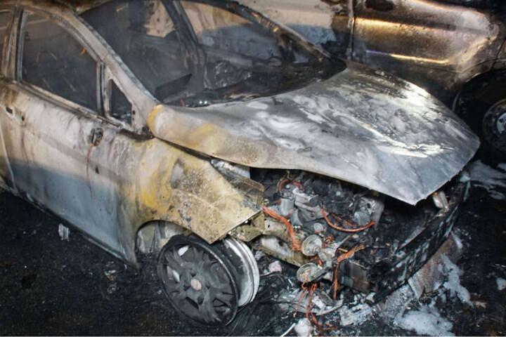 Insgesamt sechs Autos brannten in Remchingen-Singen vollständig aus, der Sachschaden geht in einen sechsstelligen Bereich.