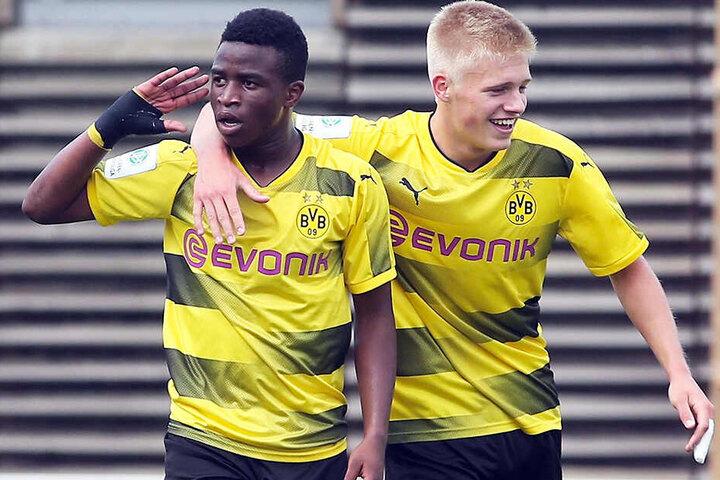 Youssoufa Moukoko (l.) überdeckt mit seinen Toren immer wieder die vorhandenen Schwächen in der Dortmunder Defensive. Acht Gegentreffer in vier Spielen sind schlichtweg zu viele für ein Spitzenteam.