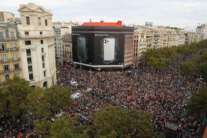 Demonstranten versammeln sich in Barcelona zu einem Generalstreik aus Protest gegen die Haftstrafen für neun Separatistenführer.
