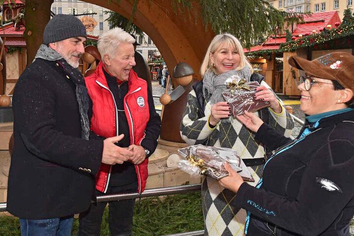 Cornelia Liebig (57, r.) vom Förderverein überreicht die Jubiläumsschokolade.