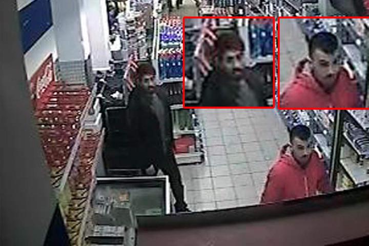 Beide Tatverdächtigen laufen durch einen Gang im Supermarkt.