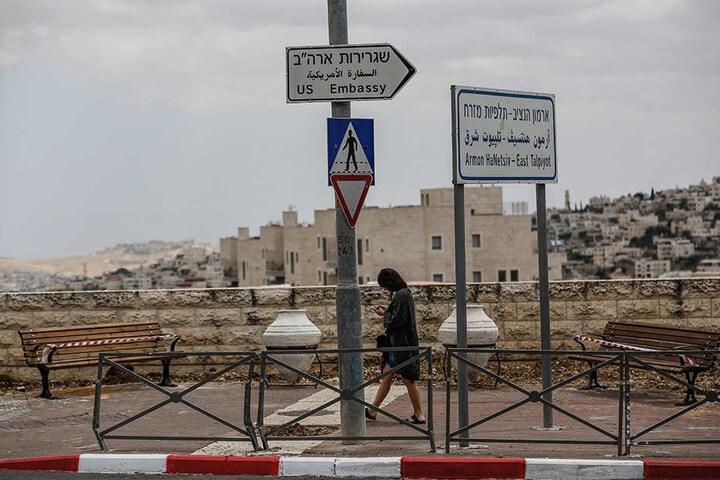 Ein Straßenschild weist den Weg zur Botschaft der USA, die ab dem 14.05.2018 in Jerusalem ist.