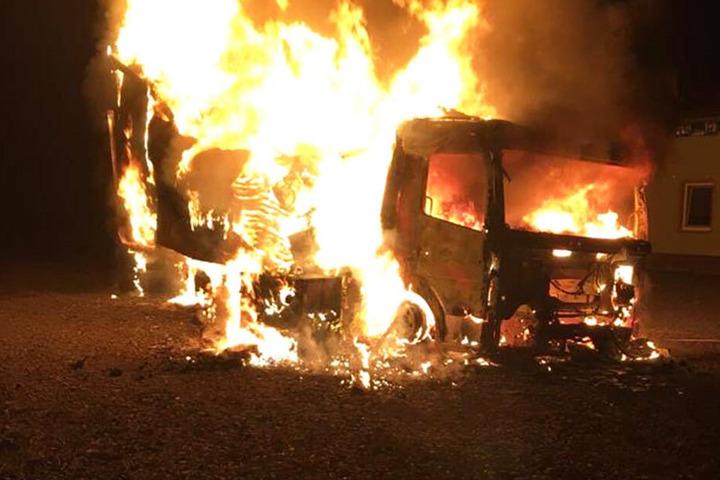 Der Laster stand lichterloh in Flammen.