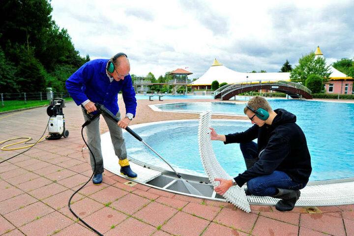 Good bye, Summer! Die Freibadsaison ist zu Ende. Das große Aufräumen beginnt wie im Gablenzer Freibad, wo Badhelfer Günter Greif (71, l.) und Rettungsschwimmer Fabian Newald (19) das Becken säubern.