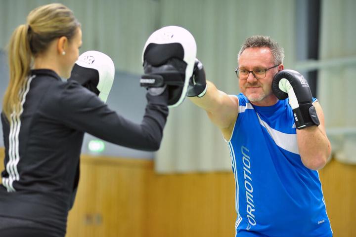 Kursleiter Thomas Pohl (53) bringt Jenny Rüdel (38) erste Schlagtechniken bei.