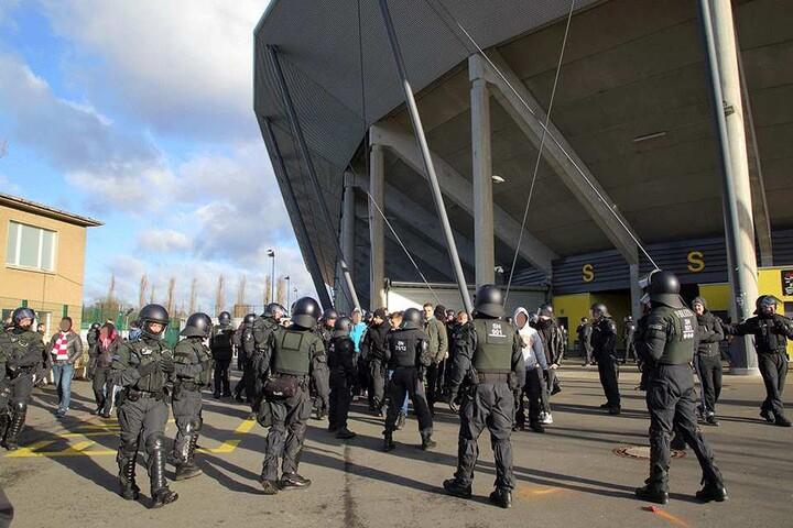 Kennt man sonst im DDV-Stadion nicht: Überall Polizei.