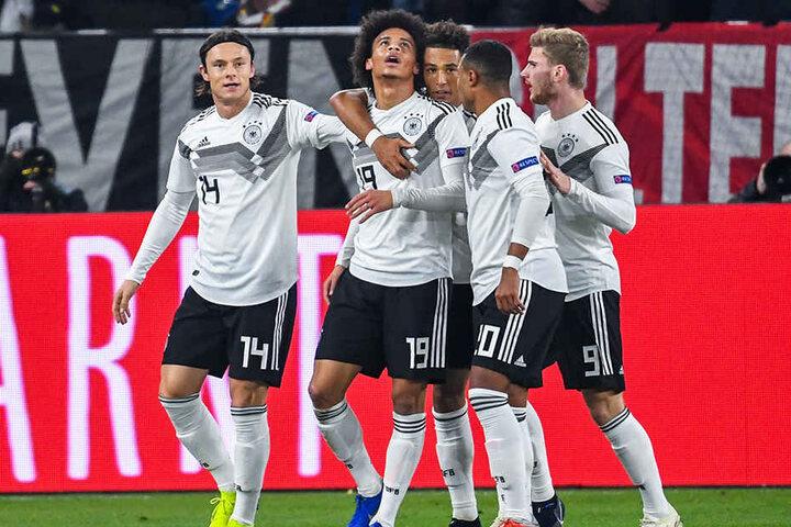 Deutschlands Spieler, von links nach rechts, bejubeln das 2:0: Nico Schulz, Torschütze Leroy Sané, Thilo Kehrer, Serge Gnabry und Timo Werner.