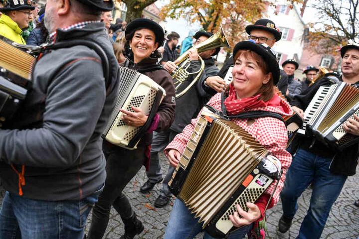 Rückblick: Am 11.11. ziehen Musiker der Narrenzunft Bad Waldsee zum Narrenbrunnen.