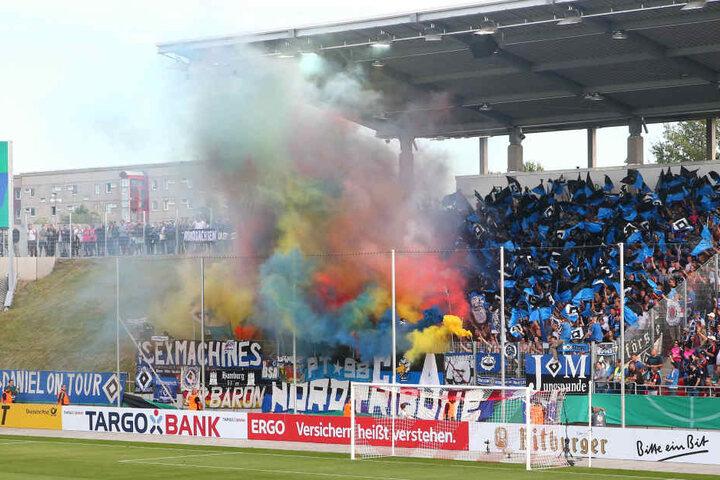 Die HSV-Fans fackelten vor der Partie einiges an Pyrotechnik ab.