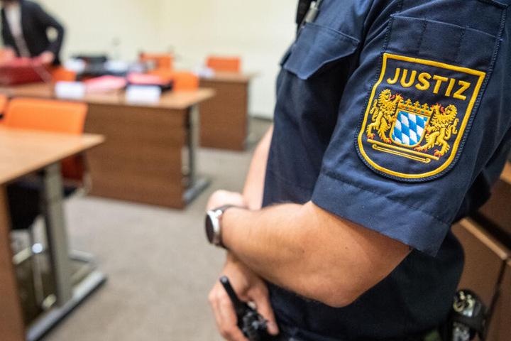 Ein 63 Jahre alter Heilpraktiker und Volkswirt muss sich in Nürnberg vor Gericht verantworten.