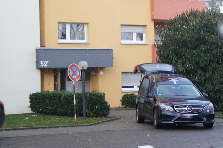 Vor einem Haus in Böblingen steht ein Leichenwagen.