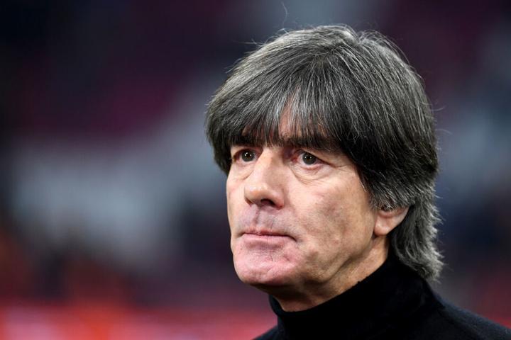 Bundestrainer Joachim Löw (59) hat sich bei einem Trainingsunfall eine Arterie gequetscht und muss stationär behandelt werden.