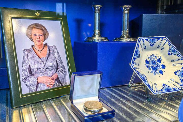 Geschenke der niederländischen Königsfamilie. Darunter ein signiertes Porträt von Königin Beatrix 2011 für MP Tillich.