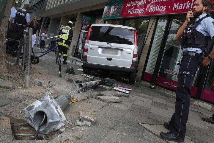 Ein grauer Mercedes Transporter steht nach einem Unfall in der Berliner Allee in einem Schaufenster.