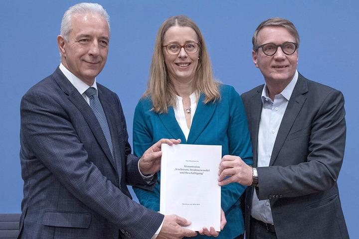 Die Vorstandsmitglieder der Kohlekommission präsentieren ihre Vorschläge: Sachsens ehemaliger Ministerpräsident Stanislaw Tillich (59, v.l.), Umweltforscherin Barbara Praetorius von der HTW Berlin und Bahnvorstand Ronald Pofalla (59).