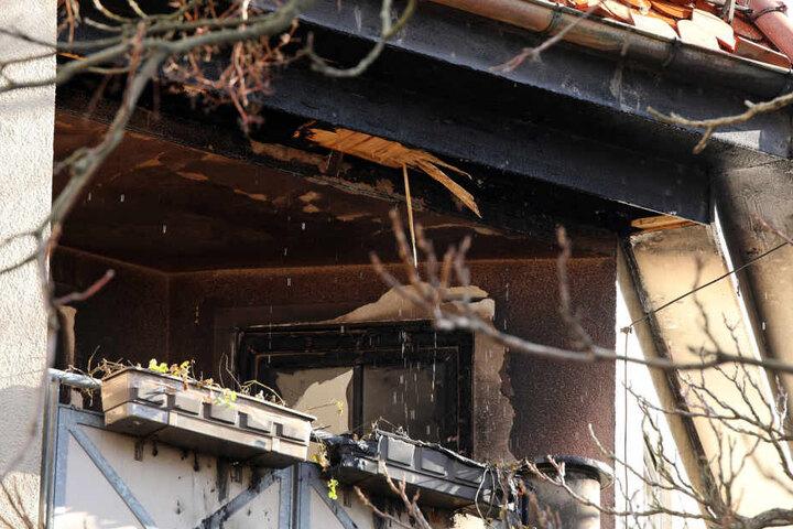 Ein Balkon stand in Flammen.