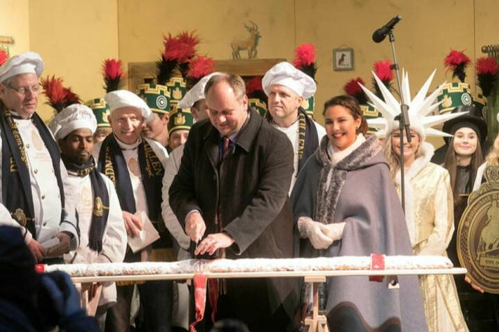 Traditionell schneidet Dresdens OB Dirk Hilbert den Stollen an.