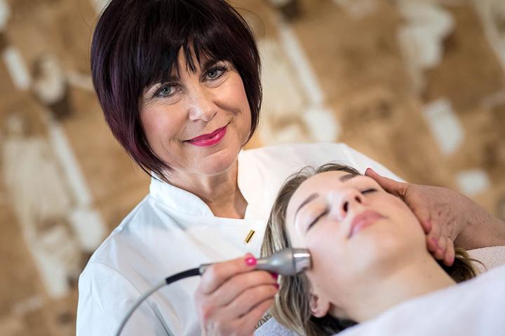 Claudia Singer (50) bei der Ultraschallbehandlung von Franziska Hauser (29). Singer will mit ihrem Team den Deutschen Kosmetikpreis nach Zwickau holen.